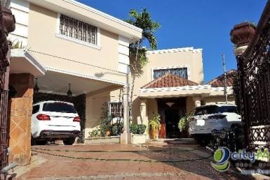 Hermosa y Elegante Casa en Las Praderas / Venta